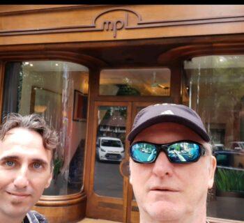 Mario Freiría y Marce Lamela frente a MPL, las oficinas de Paul McCartney frente a Soho Square