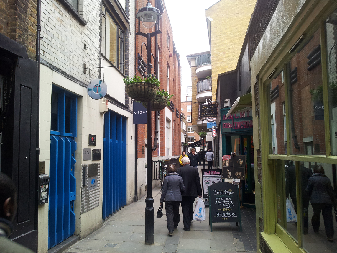 El callejón donde Trident recibio la visita de varios genios musicales, antes de ser colocada la placa dedicada a Ziggy Stardust
